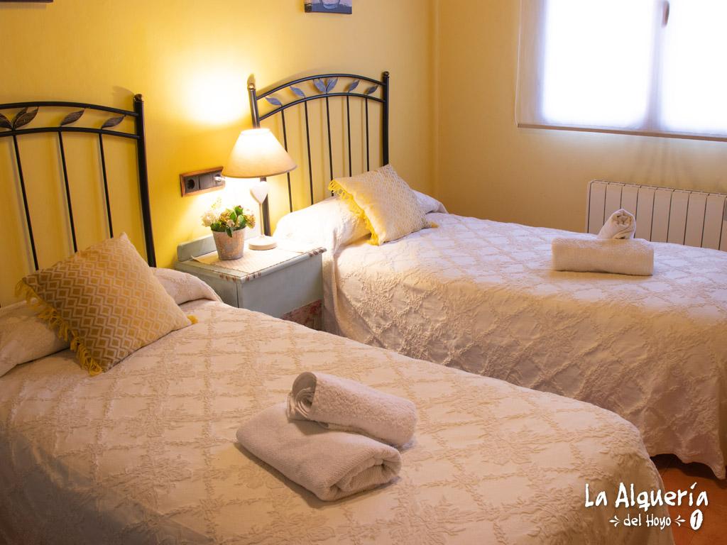 habitacion con dos camas grandes para dormir individuales silenciosas